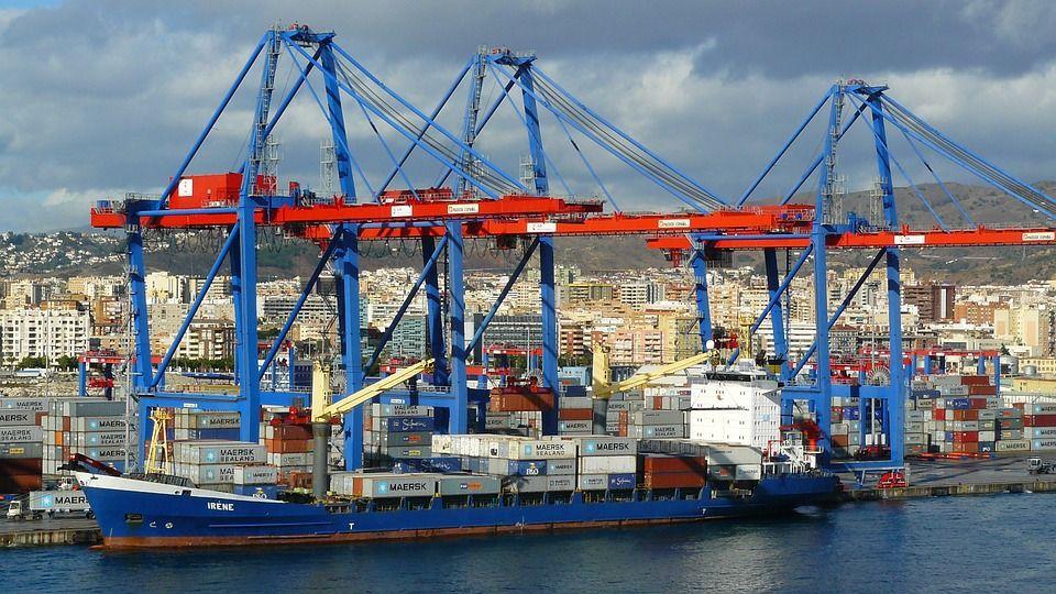 Descarga de contenedores en un puerto.