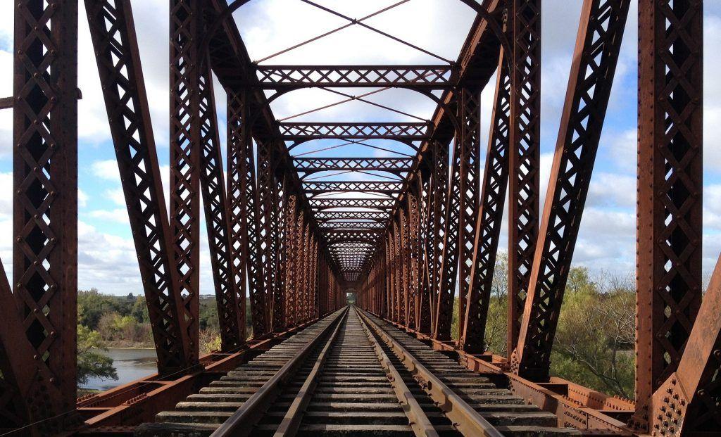 Las vías de un tren sobre un puente de hierro