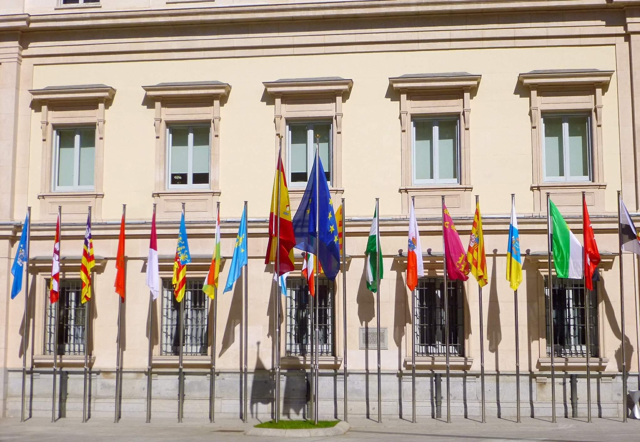 El Senado exhibe las banderas española y europea, junto a las autonómicas.