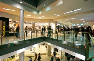 El interior de un centro comercial